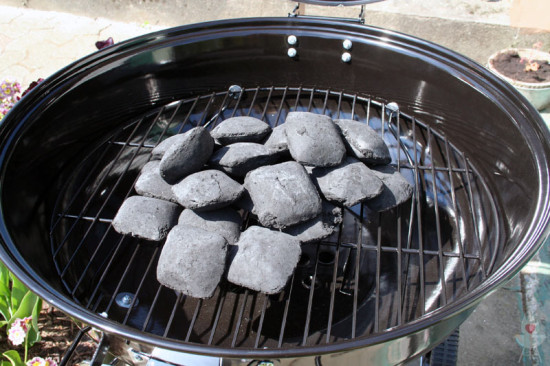 Holzkohlebriketts auf dem Kohlerost