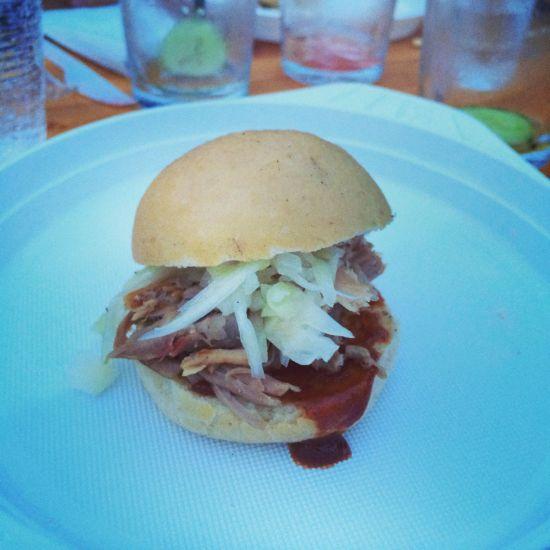 Der Pulled Pork Burger mit Krautsalat und BBQ Soße