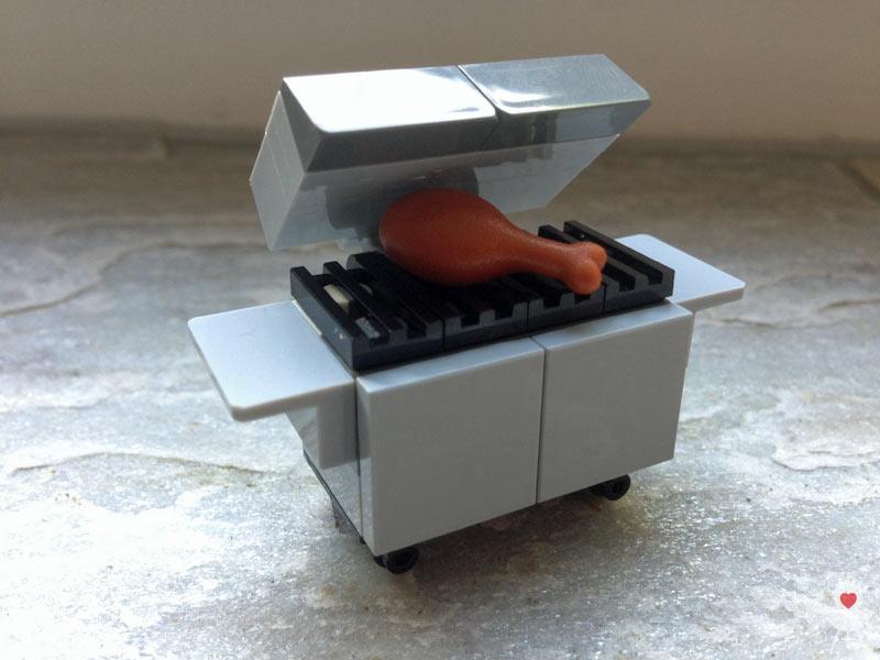 Lego-Grill aufgeklappt mit Keule
