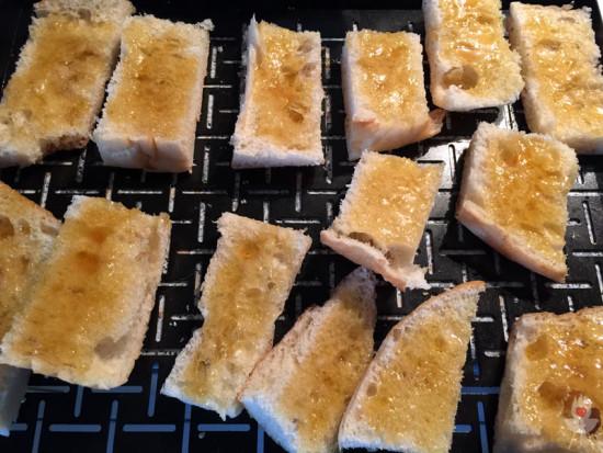 Gratinierte Chili-Honig-Fladen Rezept - Mit Honig bestreichen