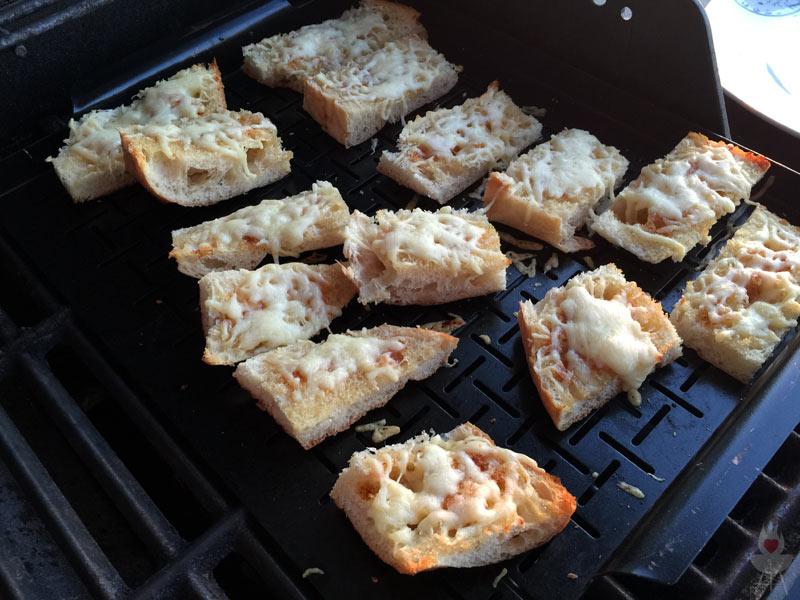 Gratinierte Chili-Honig-Fladen Rezept - indirekt gegrillt