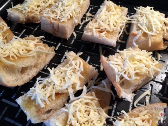 Gratinierte Chili-Honig-Fladen Rezept - Käse und Chili nah