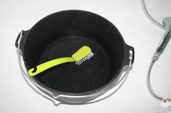 Petromax Feuertopf Vorbereitung Topf Bürste