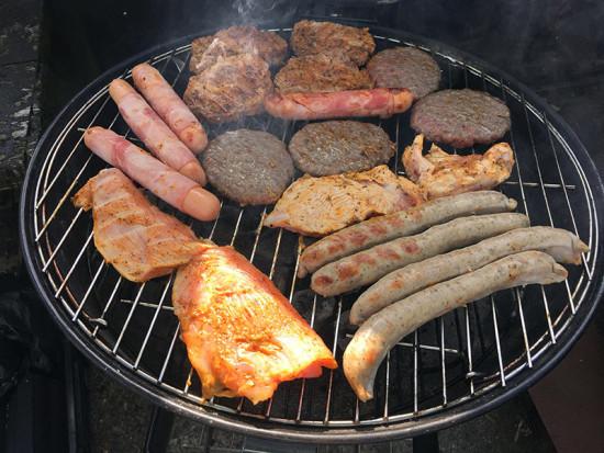 Fleisch und Würstchen vom Grill