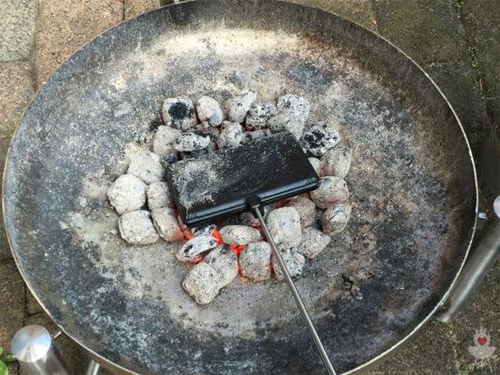 Petromax Waffeleisen in der Feuerschale