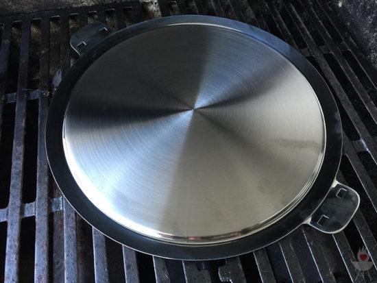 Edelstahl-Plancha von SteakChamp auf Grillrost