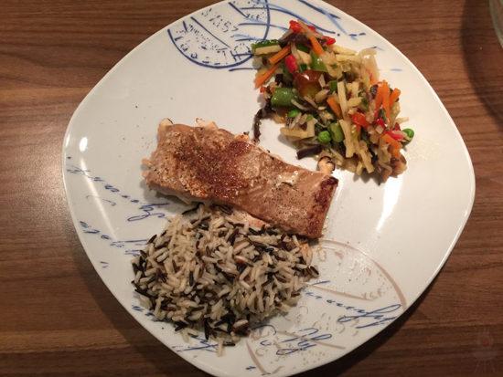 Edelstahl-Plancha von SteakChamp Lachs auf Teller