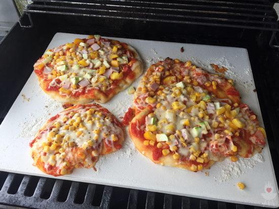 Pizza vom Grill auf dem Pizzastein