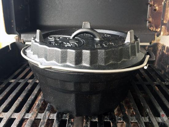 Petromax Gugelhupfform gf1 auf Grillrost von vorne