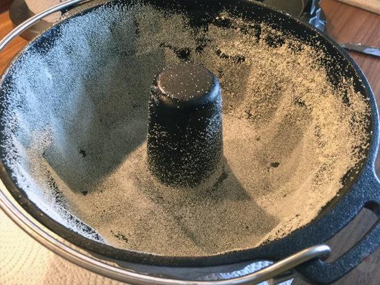 Petromax Gugelhupfform gf1 mit Butter und Gries