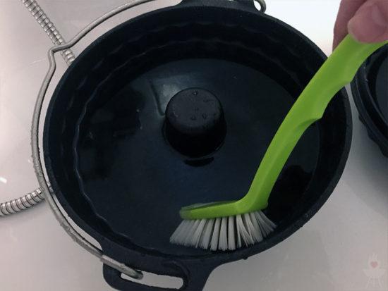 Petromax Gugelhupfform gf1 Grundreinigung mit Bürste