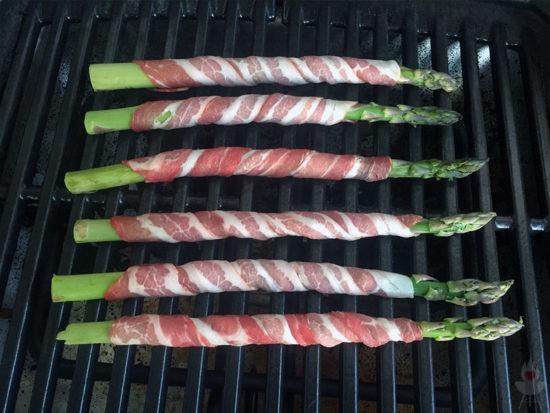 Grüner Spargel mit Bacon auf dem Grill
