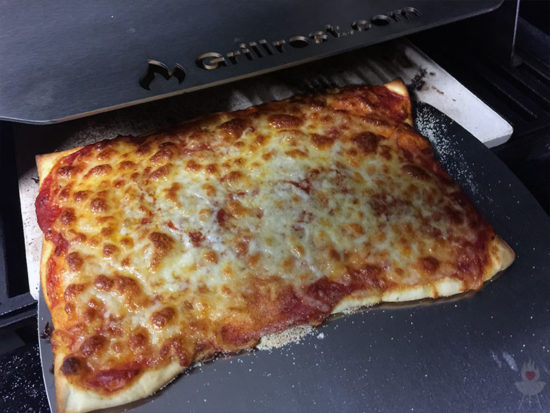 Pizza-Cover/Pizzaaufsatz grillrost.com Pizza fertig