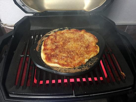 Pizza Weber PULSE Pizza fertig Grill