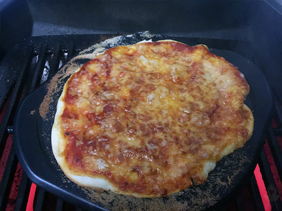 Pizza Weber PULSE Pizza fertig Grill nah