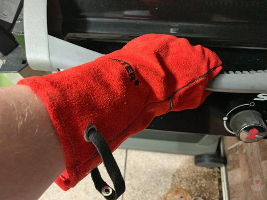 Feuermeister-Grillhandschuhe rot - im Einsatz