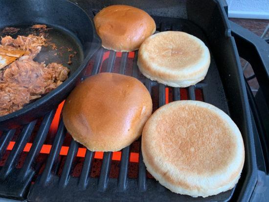 Pulled Jackfruit Burger Buns anrösten